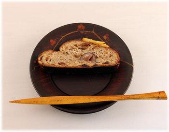 木地溜のパン皿と、金箔の菓子切り