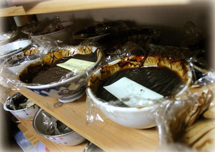 いろいろな国産漆の入った茶碗